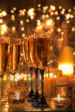 Szampanów i świeczki światła. Zdjęcia Royalty Free