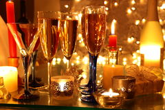 Szampan świeczek światła i prezent. Fotografia Stock