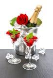 Szampan, czerwieni róża i truskawki nad bielem, obrazy royalty free