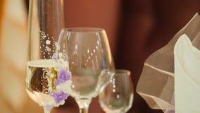 szampan dekoruję dekoracyjny kwiatu szkieł target1747_1_ Rozlewać szampana w szkła Świąteczny alkohol Szkła państwo młodzi spacer zbiory wideo