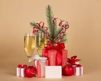 Szampan, jedliny gałąź z świecidełkiem, prezentów pudełka Obrazy Stock