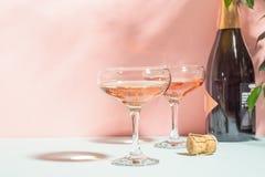 Szampan lub wino w eleganckich szk?ach na r??owego t?a jaskrawym ?wietle kosmos kopii Selekcyjna ostro?? zdjęcie stock