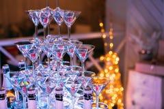 szampan obramiający szkła obramiać strzelali Ślubny obruszenie szampan dla państwa młodzi Kolorowi ślubni szkła z szampanem Cater Obraz Stock
