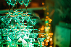 szampan obramiający szkła obramiać strzelali Ślubny obruszenie szampan dla państwa młodzi Kolorowi ślubni szkła z szampanem Cater Zdjęcia Royalty Free