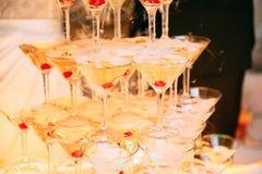 szampan obramiający szkła obramiać strzelali Ślubny obruszenie szampan dla państwa młodzi Kolorowi ślubni szkła z szampanem Cater Zdjęcie Royalty Free