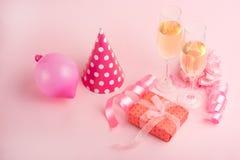 Szampan, prezent, łęk Zaproszenie, urodziny, przyjęcie z okazji girlhood pojęcie dziecko prysznic, wakacje na różowy b obraz royalty free