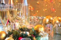 Szampan w szkłach, świeczkach, baubles i światłach. Zdjęcia Stock