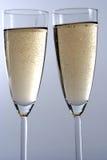 szampana backgroun pojedynczy biały kieliszkach, Zdjęcia Stock