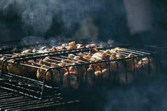 Szampinion białe pieczarki piec na grillu na grill kontrparze i małych kroplach woda fotografia stock