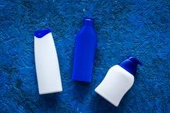 Szampon i prysznic gel dla mężczyzna na błękitnym tło odgórnego widoku copyspace Zdjęcie Royalty Free