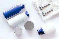 Szampon i prysznic gel dla mężczyzna na białego tła odgórnym widoku Zdjęcie Royalty Free