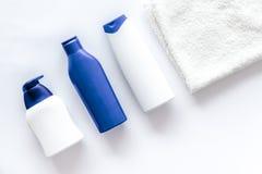 Szampon i prysznic gel dla mężczyzna na białym tło odgórnego widoku copyspace Fotografia Royalty Free