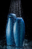 Szamponu i gel butelki w spada kroplach woda Obrazy Royalty Free