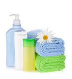 Szamponu i gel butelki z ręcznikami i kwiatem Obraz Stock