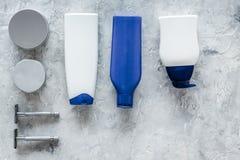 Szamponu i prysznic gel dla mężczyzna na popielatym kamiennym tło odgórnego widoku copyspace Obrazy Royalty Free