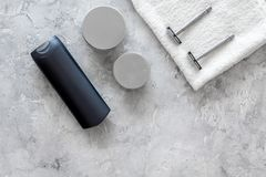 Szamponu i prysznic gel dla mężczyzna na popielatym kamiennym tło odgórnego widoku copyspace Fotografia Royalty Free