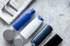 Szamponu i prysznic gel dla mężczyzna na popielatym kamiennym tło odgórnego widoku copyspace Obrazy Stock
