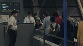 Szanghaj Chiny, Lipiec, - 5, 2018: Agenci ochreni przy lotniskowym działaniem przy odprawy biurkiem dla wsiadać lot zdjęcie wideo