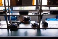 SZANGHAJ CHINY, Luty, - 2018: Chiński pracownik fabryczny śpi podczas przerwy na lunch obraz royalty free