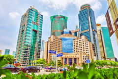 SZANGHAJ, CHINY MAY, 24, 2015: Piękni drapacze chmur, miasta buil Obrazy Royalty Free