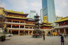 SZANGHAJ, CHINY - 29 STYCZEŃ, 2017: Piękny świątynny budynek z złotym dachem sorrounding antycznego plac z bardzo ładnym Obrazy Stock