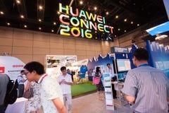 SZANGHAJ CHINY, WRZESIEŃ, - 2, 2016: Osoby obecne Huawei Łączą Obrazy Stock