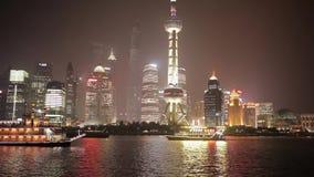 SZANGHAJ, MARZEC - 19, 2018: Widok Pudong bulwar przy nocą, Jaskrawy iluminujący turystycznej łodzi żagiel przy Huangpu rzeką, zbiory wideo