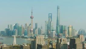 Szanghaj Miasto Huangpu i Lujiazui pejzaż miejski przy Jasnym dniem Chiny widok z lotu ptaka zbiory wideo