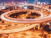 Szanghaj nanpu most przy nocą obraz stock