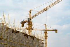 SZANGHAJ, PORCELANOWY KWIECIEŃ, 2017: Żuraw pracuje na budynek budowie przy technika parka przemysłową nieruchomością Obraz Royalty Free