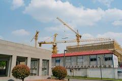 SZANGHAJ, PORCELANOWY KWIECIEŃ, 2017: Żuraw pracuje na budynek budowie przy technika parka przemysłową nieruchomością Obrazy Stock