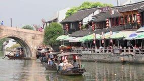 Szanghaj Sep 09 2013, Porcelanowe tradycyjne turystyczne ?odzie przy Szanghaj Zhujiajiao miasteczkiem z budynkami, ??dkowatymi i  zbiory wideo