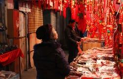 SZANGHAJ, STYCZEŃ - 01: stara kobieta patrzeje dla lampionu w Starym Chinatown Zdjęcia Stock