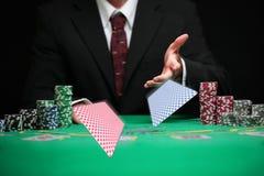 Szanowane kasynowe pracownik porci karty Zdjęcia Royalty Free