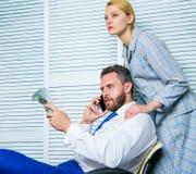 Szantażu i pieniądze wydarcie Bezprawny pieniądze zysku pojęcie Mężczyzna mówi telefon komórkowego pyta dla pieniądze Współsprawc obraz royalty free