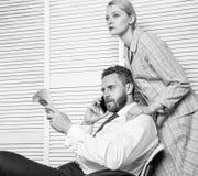 Szantażu i pieniądze wydarcie Bezprawny pieniądze zysku pojęcie Mężczyzna mówi telefon komórkowego pyta dla pieniądze Współsprawc zdjęcie royalty free
