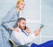 Szantażu i pieniądze wydarcie Bezprawny pieniądze zysku pojęcie Mężczyzna mówi telefon komórkowego pyta dla pieniądze Współsprawc zdjęcia stock