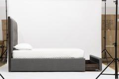 Szara Loveseat, białej i różowej poduszka z białym tłem, - ImagePalazzo królowej rozmiaru łóżko światło różowa kanapa, kanapy łóż fotografia stock