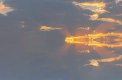 Szare chmury i wskazujemy czystego i ciepło Światło którym za błyszczy jest słowem jest OK fotografia stock