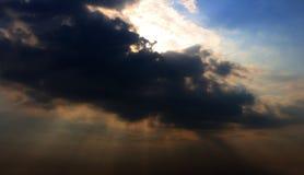 Szare chmury z słońca światłem Zdjęcia Royalty Free