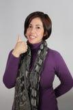szarej kurtki purpurowa szalika kobieta Obrazy Royalty Free