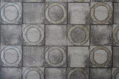 Szarość cementu ściana z pęcznienie kwadratem i okrąg teksturą od tła Fotografia Stock