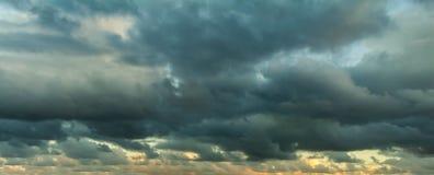 Szarość chmurnieje w niebie podczas zmierzchu zdjęcie stock