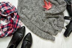 Szarość grżą pulower grafika liść klonowy czerwieni wektor W kratkę szalik i buty Fa Obraz Stock