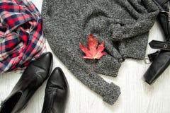 Szarość grżą pulower grafika liść klonowy czerwieni wektor W kratkę szalik i buty Fa Obraz Royalty Free