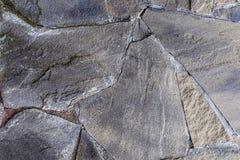 Szarość kamienia pęknięcia powierzchni kamienia cementu linii złączy talerza ściana wietrzał sztywno podstawę obraz stock