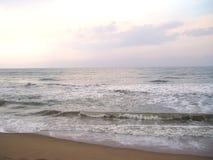 Szarość koloru morze z białą koloru morza pianą na wodzie Fotografia Royalty Free