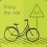 Szarość kształtują bicykl na drodze z drogowym znakiem Zdjęcie Royalty Free