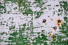 Szarość malująca metal ściana z krakingową zieloną farbą, rdz plamy, prześcieradło ośniedziały metal z krakingową i płatkowatą zi Zdjęcia Royalty Free