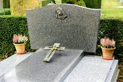 Szarość Marmurowi nagrobki w Francuskim cmentarzu obrazy royalty free